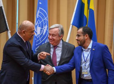 Yemeni Foreign Minister Khaled al-Yamani (L) and rebel negotiator Mohammed Abdelsalam shake hands.