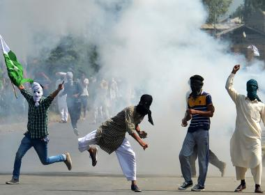 Protesters clash with Indian security forces after Eid prayers in Srinagar ©Dawn